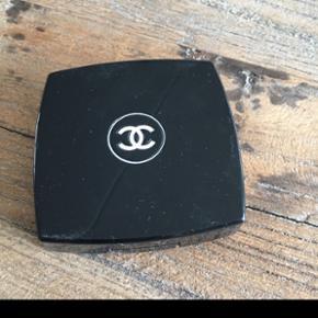 Chanel øjenskygge næsten som ny.   Sender med dao for købers regning  Bytter og returnerer ikke Mobilepay. Jeg sender samme dag eller følgende dag når jeg har modtaget betaling.  Kun seriøse henvendelser - spild ikke min tid, tak 🙏
