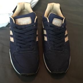 """Adidas Tech Super """"SNS - Autumn Stories""""  Lækker limited Adidas sko fra 2014. Står i rigtig god stand. Flere billeder kan sendes via mail. Boks medfølger ikke.   Jeg er samler, så passer godt på mine sko. Nye som gamle. Alle sko vil blive rengjort og renset i hånden inden salg.   Jeg er i gang med at sælge en stor del af min samling, grundet operation (og pladsmangel).   Prisen her er 699,- for en sko der ikke er til at opdrive, så skal du have en sko du ikke ser alle andre gå i, så smid en besked. Priser kan forhandles.   Forsendelse betales af køber, eller der er mulighed for at mødes i Århus C.   Kig eventuelt mine andre annoncer for flere sko."""