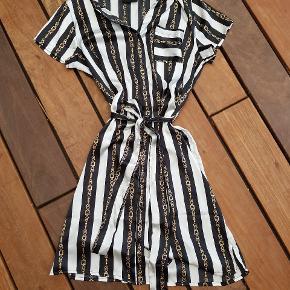 Super fin skjortekjole med gennemgående knaplukning foran 🤩 100% polyester. Brugt en enkelt gang.