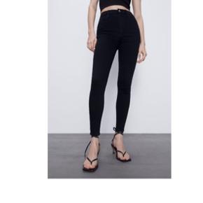 Jeg sælger mine flotte Zara skinny jeans da jeg ikke bruger dem. De er str S, og jeg vil sige at de passer mig perfekt:) np:350kr mp:150kr:)