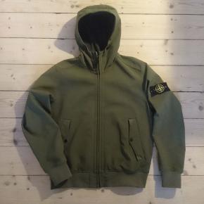 Original Soft-Shell-R jakke fra Stone Island. Åndbart, vand- og vindbestandig.  Brugt få gange,fejler intet,  str. XL, passer M og L.  Nypris 3500  Kan hentes i Aalborg eller sendes mod betaling af fragt.