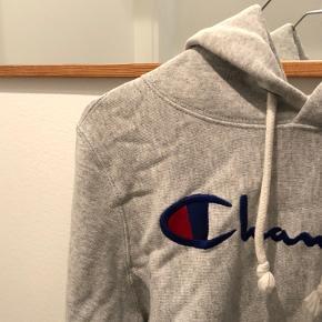 Champion hoodie Str. S Men kan sagtens fitte en XS Brugt meget få gange Ingen tegn på slid osv.  Np 700kr Mp BYD