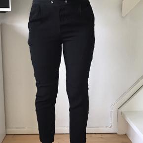 """Sat som slid grundet snorene klippet af og hullerne de sat i er løse - se billede 3 Ellers fejler buksen intet. De er lagt op så de passer omkring 165 - uden mulighed for at gøre dem længere da det er klippet af. Lommerne bag på er pynte lommer, og lommerne foran er ægte. Der er """"inder shorts i"""" så de ikke er gennemsigtige.  De er sorte og lettere højtaljede, så har man en normal t-shirt på kan slidet ved hullerne ikke ses Prisen er fast pg inkluderet fragt."""