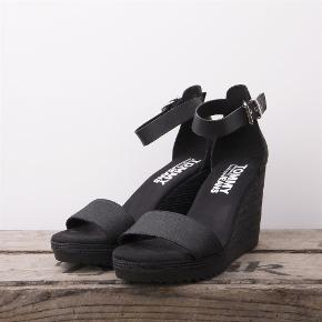 Varetype: Sandal Farve: Sort Oprindelig købspris: 1100 kr.  Sælger denne fine sandal fra Tommy Hilfiger. Jeg har desværre aldrig fået dem brugt. Hælhøjden er 10 cm.