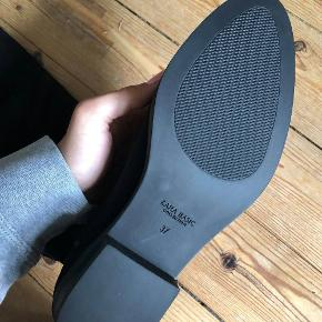Fine lange støvler fra Zara.  Aldrig brugt og stadig med prismærke.