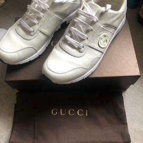 Har disse fede Gucci sko, som bare står og samler støv... Det var en gave til min kæreste, men hun får dem ikke brugt og derfor sælger vi dem.  Har Boks og pose til dem, desværre er kvittering og tags blevet smidt væk. Men jeg står 100% indenfor at de er ægte.  De er købt i en Gucci butik i Italien, og nyprisen på dem er 530 Euro.  Skriv for flere billeder.  Er klar på hurtig handel, så bud endelig.