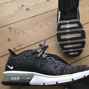 Nike Air Max Sequent 3 i sort og hvid str 36,5 brugt 3 gange men passer desværre ikke. Nypris 900 kr og kan stadig købes i butikkerne