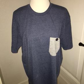 Mørkeblå le fix T-shirt i størrelse xl med grå lomme. Ved køb af flere ting kan der opnås mængderabat