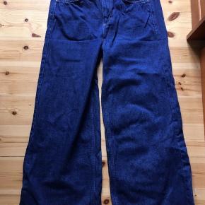 Jenas fra BDG i blødt denim materiale. Jeansene er højtaljede med vidde ben  Str. Medium  Bukserne måler 59 cm. i længde fra skridtet og 61 cm. i livremmen  Kan afhentes i København K el. sendes ved betaling af porto