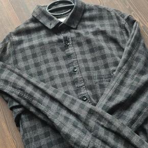 Rigtig lækker skjorte fra SHINE. Den er i tyk bomuld og super god til blandt andet de kolde måneder.  Bemærk det en Long model, altså den har lidt ekstra længde  Den er som ny uden nogen huller eller andet.  Kan ses i Hillerød eller sends