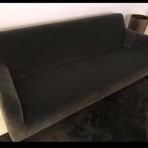 Ny grå veloursofa Købt i interiør butik på Frederiksberg Nypris: 14000kr Nu: 4000kr  Mål: 2 meter lang 60cm dyb