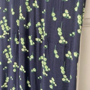 Sælger denne smukke kjole. Længden er til midt på skinnebenet jeg er 172cm høj. Der er elastik bagpå ved lænden og lille slids forneden.