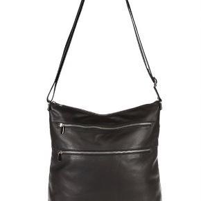 Helt ny Depeche crossover taske i blødt skind. Se beskrivelse mv på foto 3. Normalprisen er kr. 1399.