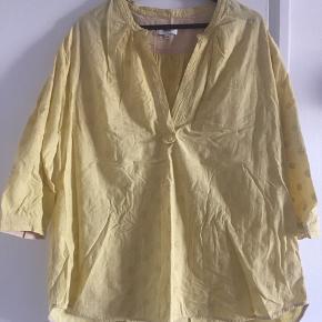 Super klædelig skjortebluse fra Noa Noa sælges. Den har flot V-udskæring, trekvartlange ærmer med fin detalje (se billede) og påsyet mønster (se billede). Den er i 100 procent bomuld.