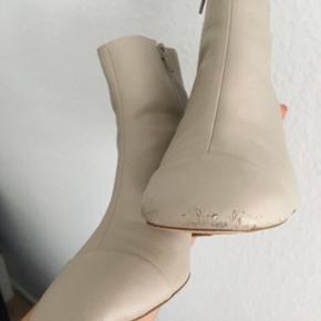 Der ses tegn på slid foran på støvlerne.