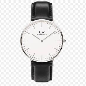 Jeg sælger mit Daniel Wellington ur. Jeg sælger det fordi jeg har fået købt mig et nyt ur. Jeg bruger ikke det her mere. Jeg har været mega glad for det her ur. Det eneste det fejler er at din skal have skiftet batteri. Det koster de 50kr i Aveny.  Np: 1250.kr Mp: Byd