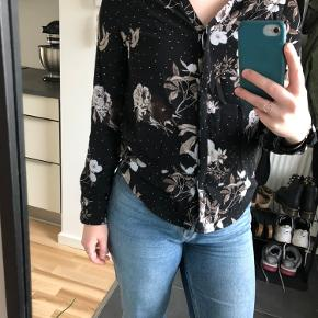 Rigtig fin skjorte/bluse i behageligt stof. Brugt få gange ☀️ BYD