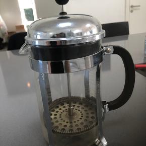 Flot (BODUM ) stempel kaffe kande, brugt enkelte gange ,men er i flot stand. Holder kaffen ,fint varmt og der er ,ca 1 liter. Fra ikke ryger hjem,
