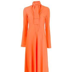 Så smuk Saks Potts kjole, i flot orange farve. Kan styles på mange måder både til hverdag og fest.