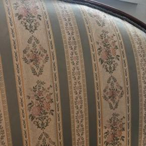 Fin romantisk 2 personers sofa i flot mønster.  Mål:   145 cm lang  96 cm høj 65 cm bred   Det er et par pletter, men de kan renses væk. Dette er ikke forsøgt.