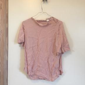 Fin lyserød/rosa bluse 🌸   Fra H&M og en str. 40 - kan passes imellem str. 38-40.  Kan blive strøget inden afsendelse - så ser den så godt som ny ud.  OBS: jeg hverken bytter eller tager tøj retur igen.  Skriv gerne for mere information eller billeder!  Handler med DAO 🐚 Tager også imod seriøse bud. 🌟