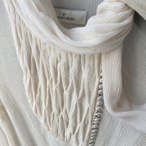 Bluse i silkecrepe, der passer både str. M og L. Har dekorativt tørklæde, der kan bindes på mange måder.