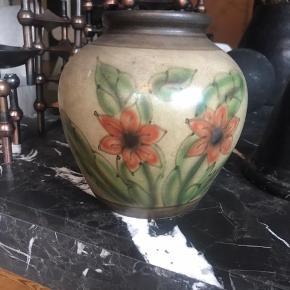 vintage vase 22,5 cm høj - meget fin stand. Passer så godt til en buket vilde blomster også smuk tom. Ingen byt - helst mob. pay - kan sendes for 38,-