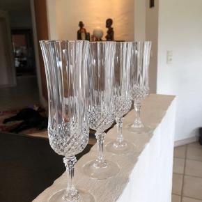 4 af de eftertragtede og skønne Long Champ champagnefløjter i krystal.  Alle er i topstand og uden skader og skår.  Højde 20cm Åbning Ø 4,5cm Prisen er for alle 4