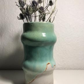 Keramikvase i lyst ler med stentøjsglasur.  Vasen er 19 cm høj.  Glasur i blå/grøn samt hvid.