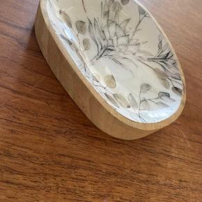 Sæbe skål ? Smykke skål ? Eller hvad man lige syns den kan bruges til.  Materialet er træ og porcelæn. Ubrugt.