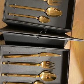 Broste Copenhagen guld bestik  Jeg har 2x16dele pakker  Np pr pakke er 1.300kr (ialt 2.600kr)    Sælges for 1.600kr  Tåler opvaskemaskine    Idag og imorgen kun 1.000kr