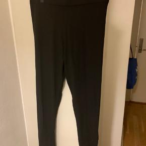 Sorte leggings fra UO i str S  (Lidt store i str. - vil meme de svarer til S/M ala 36-38) Totallængde ca 95 cm og benlængde målt på inderside og med 70+. Bredde i taljekant 35 cm og kan stretches til mere end 45 cm i bredden Materiale r 95% viscose og 5% stretch Model r fra sparke and fade kollektion