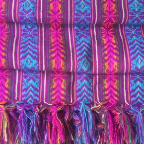 Plaid, tæppe, sengetæppe.     Taget med hjem fra Mexico, håndvævet. Str: 190 cm x 155 cm.     Enkelte små trådudtræk hist og her, men de kan sikkert trækkes på plads og det er ikke noget der som sådan ses.     Ved ts-handel kommer der ts-gebyr oveni.  Plaid Farve: Multi
