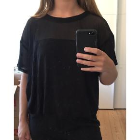 Flot T-shirt med mesh på den øverste del