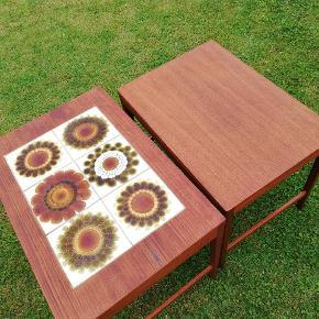 Indskudsborde i teaktræ og i meget fin stand. Fremstår uden brugsspor. Kan købes enkeltvis. Byd fra 150 kr....