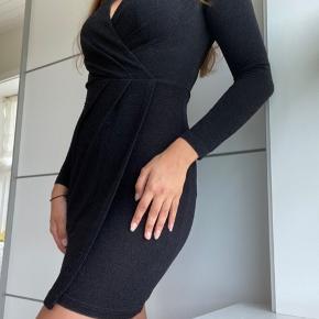 Flot kropsnær kjole med knude-detalje. Lavet af blødt sort stof med lidt glitter i (se sidste billede).