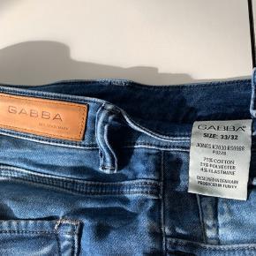 Gabba Jeans - Denim  Jeans med knappe lukning.  Størrelse: 33/32