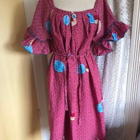 Smuk afrikansk kjole i str 42-48. Kan bruges både uden bindebånd og med bindebånd. Fairtrade. Købt af kvindeprojekt i Afrika. Ærmegab - ærmegab 56 x 2 Talje 66 x 2 - bindebånd kan stramme den meget ind. Længde 114 cm Tungekant forneden på kjolen. Ny og fra ikke-ryger hjem.