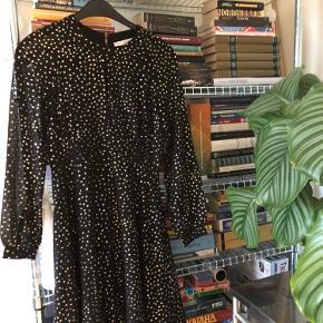 Smuk palliet kjole fra & other stories. Sælger, fordi jeg ikke får den brugt - den fejler intet.