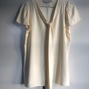 Bluse fra Stella McCartney sælges, næsten som ny.