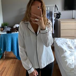 Super fin pyjamas ligende skjorte købt på Trendday.dk. Brugt få gange, fejler intet.   Skriv endelig hvis i har spørgsmål eller vil se flere billeder! :)  🚬❌🐈 RØG OG PELSFRIT HJEM