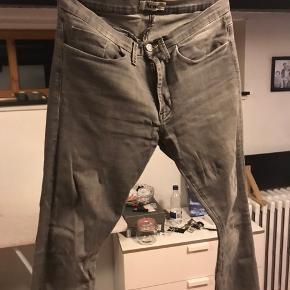Jeans fra Acne i grå. Fitter 30/32