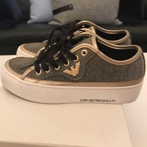 Virkelig fede sneakers fra Armani. Sort med guld. Brugt en enkelt gang.