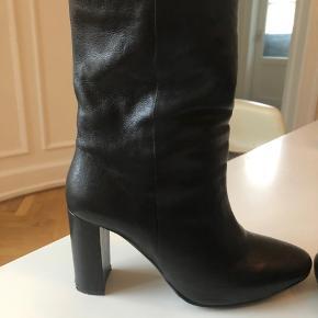 Cool støvler fra Billi Bi. Kun brugt to gange. Højde på hæl 9 cm.