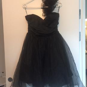 Meget smuk kort kjole  Str m  Byd  Køber betaler fragten