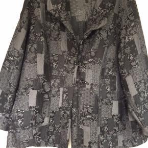 flot jakke med mønster i stoffet. bm 68 x 2 og læ 72 cm.