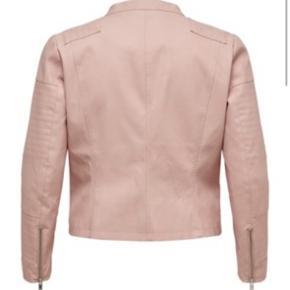 ONLY Carmakoma - Avana fake læder biker jacket med sølv lynlås og foer. Jakken er kort og rigtig smart over toppe og kjoler. Jeg har kun prøvet jakken, men den er desværre for lille.  Fra armhule til armhule er der ca  60 cm.