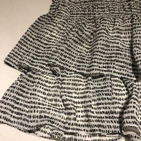 Super fin nederdel fra Tommy Hilfiger, som kan bruges af en str small/medium, da der er elastik i taljen :)