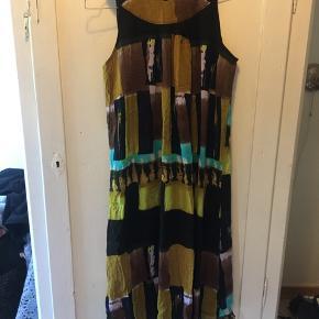 Flot kjole fra Mongul  Har et lille brugstegn til venstre for perlerne i lukningen (se billede)