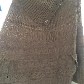 Varetype: Striktrøje Farve: Beige Prisen angivet er inklusiv forsendelse.  Lækker strikket poncho med høj hals sælges. Hæftningen ved højre armhul er lidt løs.  Min 350 inkl forsendelse med DAO